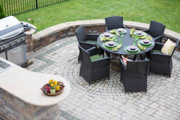 Inclusion of an Outdoor Kitchen for Complementing Pool